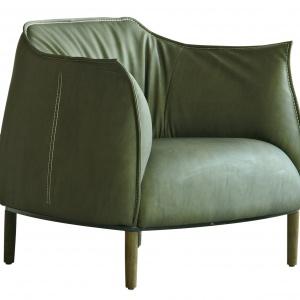 Krawędzie fotela COVENTRY wykończone zostały pomysłowymi przeszyciami z grubego sznurka. Kolekcja inspirowana artystycznymi loftowymi wnętrzami prosto z NYC. 2.290 zł. Fot. House&More