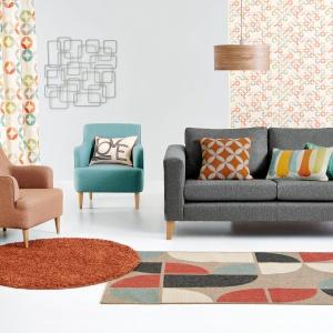 Fotel CARTER, dostępny w wielu modnych kolorach, utrzymany w modernistycznej stylistyce, a drewniane nóżki dodają mu lekkości. Ok. 1.190 zł. Fot. Next