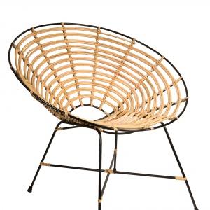Fotel KUBU ma okrągłe siedzisko splecione z naturalnego, wytrzymałego rattanu. Lekka forma uzupełni aranżację salonu, ale można go również zabrać do ogrodu. Ok. 1.140 zł. Fot. Dutchbone