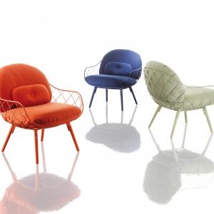 Kolekcję PINA wyróżnia nowoczesna lekkość. Druciane elementy foteli są nawiązaniem do struktury ananasa - stąd nazwa kolekcji. 7.322 zł. Fot. Magis