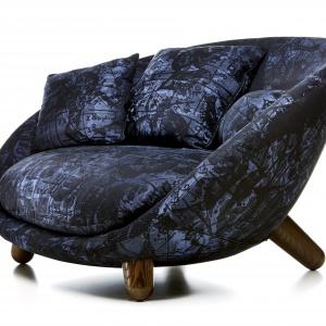 Fotel, jak również mini sofa LOVE o pięknych, zaokrąglonych kształtach, ma niskie siedzisko i dodatkowe poduszki pod plecy, które zapewniają maksymalną wygodę. Na zamówienie. Fot. Moooi