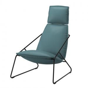 Lekki fotel VILLSTAD zapewni maksymalną wygodę dzięki wysokiemu oparciu z wysokoelastycznej pianki. 799 zł. Fot. IKEA