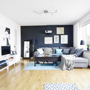 Niebieski śmiało wkroczył do tego salonu. W tym kolorze jest dywan oraz dodatki, które doskonale współgrają z pozostałym wyposażeniem. Fot. Vastanhem