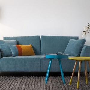 Niebieska kanapa może stać się motywem dekoracyjnym nowoczesnego wnętrza. Fot. Dutchhouse