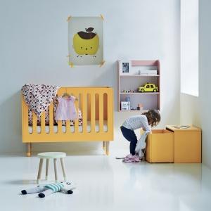 Kolorystyka łóżeczka FLEXA PLAY zachęca do nieustannej zabawy, a zaokrąglone kształty mebla sprawiają, że dziecko jest bezpieczne. 1.439,20 zł. Fot. Flexa