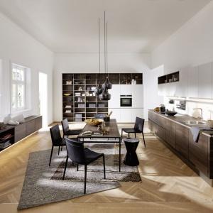 Zabudowa meblowa ARTWOOD WALNUT CUBA/ FEEL WHITE to nowoczesne połączenie bieli i drewna z oryginalnymi detalami, które czynią z kuchni przestrzeń nie tylko do gotowania. Fot. Nolte Küchen