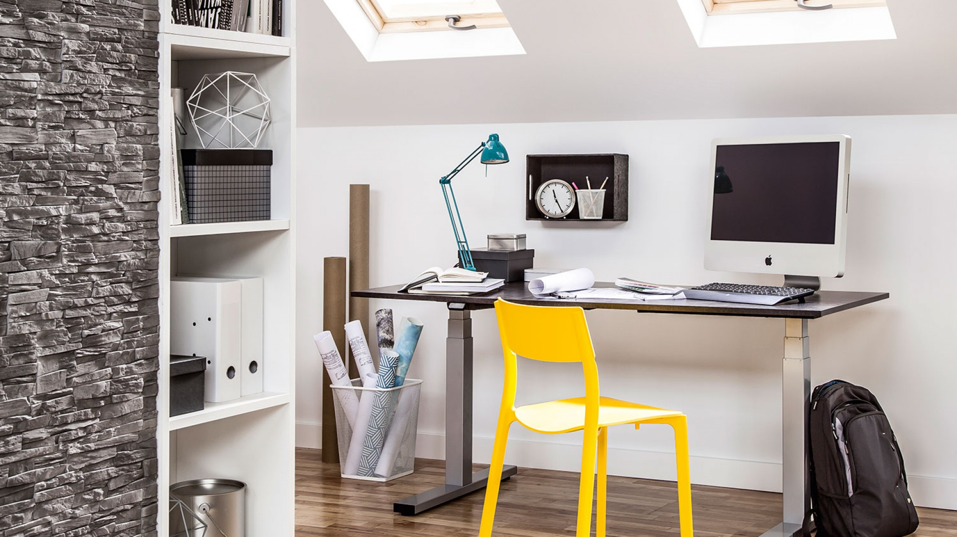 Domowe biuro nie musi zajmować wiele miejsca. Doskonale sprawdzi się proste biurko i klasyczne regały. Fot. Peka