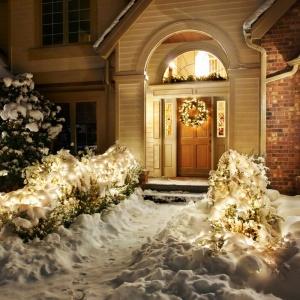Najprostszym sposobem na udekorowanie świątecznego ogrodu są różnego rodzaju lampki. Możemy ozdobić za ich pomocą, nie tylko choinkę w domu, ale także drzewka i krzewy na zewnątrz. Fot. Shutterstock
