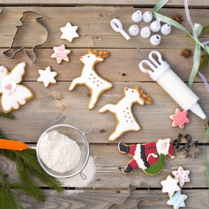 Pieczemy ciasteczka na Boże Narodzenie: dekorator do ciasta, cena: 11,17 zł, rękaw do dekorowania ciast, cena: 6,06 zł, wykrawaczki metalowe 2szt, cena: 4,78 zł, wykrawaczki metalowe  5 sztuk , cen: 6,38 zł, Fot. Galicja dla Twojego Domu