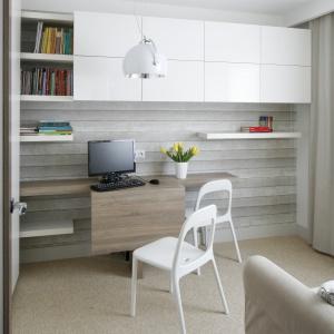 Jeśli na domowy gabinet możemy wydzielić oddzielne pomieszczenie to zadanie mamy łatwiejsze, bo ławiej nam będzie dopasować przestrzeń od naszych potrzeb. Projekt: Małgorzata Mazur. Fot. Bartosz Jarosz