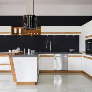 Lodówka w nowoczesnej kuchni. Fot. Studio JURIMEX Max Kuchnie