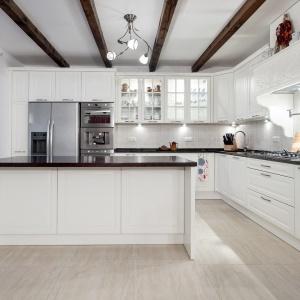 Lodówka w nowoczesnej kuchni. Fot. Studio AK Max Kuchnie