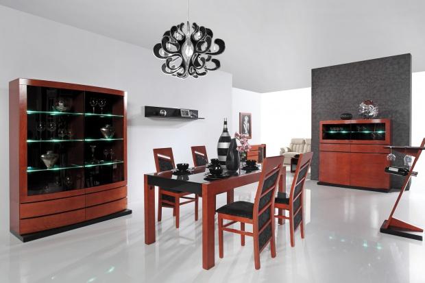 Szkłowitrynach, szafkach i barkach w stylu klasycznym dodaje lekkości drewnianym meblom. W połączeniu ze stalą tworzy nowoczesne, minimalistyczne aranżacje.