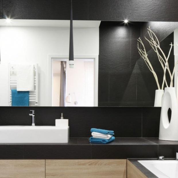 Oświetlenie w łazience w czarnej oprawie