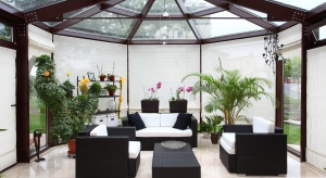 Z możliwości uzyskania dodatkowej przestrzeni, wypełnionej naturalnym światłem <br />i roślinnością, korzysta coraz więcej osób. Przeszklony ogród zimowy oprócz pięknych widoków, zapewnia wnętrzom jasność, ochronę przeciwsłoneczn�