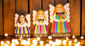 Folkowy wystroju domu na Boże Narodzenie przypadnie do gustu wszystkim domownikom. Rodzime, kolorowe cacka w stylu łowickim, kurpiowskim czy góralskim świetnie pasują do tradycyjnego klimatu świąt.