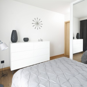 Ogromne lustra, skrywające pojemną szafę, powiększają wnętrze sypialni. Projekt: Katarzyna Uszok-Adamczyk. Fot. Bartosz Jarosz