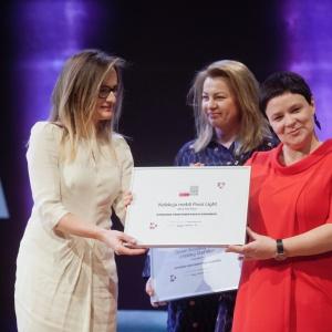 Wyróżnienie zdobyła również kolekcja mebli Possi Light firmy Black Red White. Nagrodę odebrała Barbara Żerdziecka, ekspert ds. kolekcji. Fot. Paweł Pawłowski/PTWP.