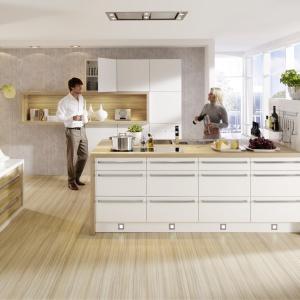 Kuchnia LOFT TOTALE to propozycja do nowoczesnych wnętrz urządzonych w minimalistycznym stylu. Przestronna wyspa z nadrukiem w styl graffiti podkreśla jej charakter. Fot. Nolte