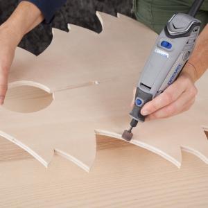 KROK 2 - wygładź krawędzie wyciętej choinki używając narzędzia Dremel 3000 oraz taśmy szlifierskiej 13 mm, ziarnistość 60 (407).