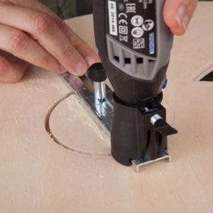 KROK 3 - wytnij otwory w obu choinkach używając narzędzia Dremel 3000 i przystawki  do cięcia po linii i kole (678). Koła powinny być o średnicy 8 cm. W obu przypadkach powinny się one znajdować na środku choinek bliżej jej czubka.