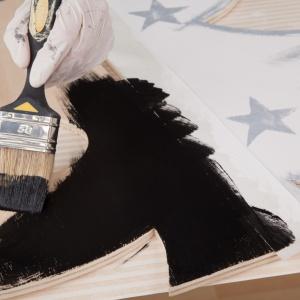KROK 4 - pomaluj oba drzewka. To, jak zaprojektujesz swoją choinkę zależy tylko od Ciebie! Warto więc użyć wyobraźni. My wybraliśmy srebrno-biały kolor na przód naszej choinki, natomiast tył pomalowaliśmy na czarno.