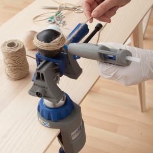 KROK 7 - teraz możesz pomalować drewnianą bombkę, na przykład na czarno. Owiń ją sznurkiem, przyklejając go za pomocą Dremel Glue Gun 930 i przezroczystego kleju w sztyfcie.