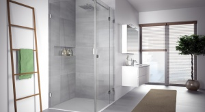 Moda na minimalizm w łazienkach sprawiła, że dużą popularność zyskała strefa prysznica bez wysokiego brodzika.