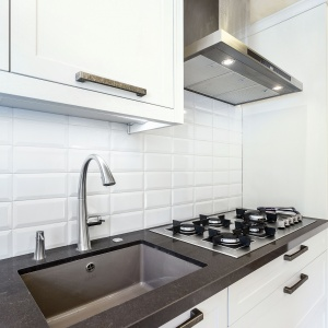 Pomysł na wykończenie ściany nad blatem kuchennym. Fot. Studio AMIR Max Kuchnie