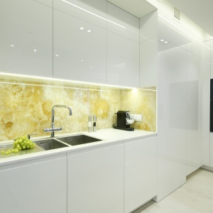 Pomysł na wykończenie ściany nad blatem kuchennym. Projekt: Anna Fodemska. Fot. Bartosz Jarosz