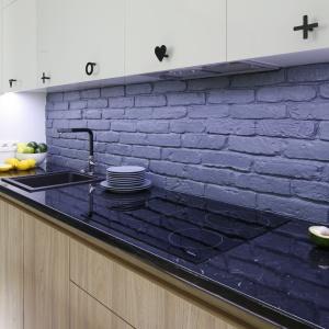 Pomysł na wykończenie ściany nad blatem kuchennym. Projekt: Ola Kołodziej, Ula Szmyt. Fot. Bartosz Jarosz