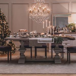 Kryształowe kieliszki, biała zastawa oraz krzesła w miękkiej tkaninie pomogą stworzyć aranżację jadalni w stylu glamour. Fot. AlmiDécor