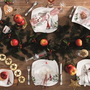 Zastawa ÅSA'S CHRISTMAS z uroczym motywem skrzatów. Kształt talerzy nawiązuje do śnieżnych zasp, a ręcznie malowany dekor wzbogacony został elementami z 18-karatowego złota. Fot. Fyrklövern