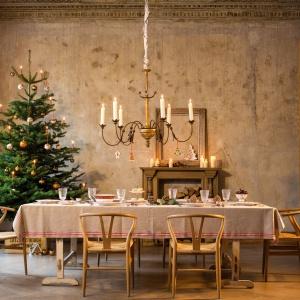 Szkło z kolekcji CLASSIC CHRISTMAS ozdobione jest złotym dekorem przedstawiającym płatki śniegu. Fot. Villeroy&Boch