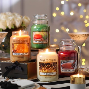 W zimowej kolekcji świec YANKEE CANDLE cztery wyjątkowe zapachy, które podkreślą świąteczną atmosferę: All is Bright, Festive Cocktail, Macaron Treats oraz Star Anise & Orange. Duży słoik: czas palenia do 150 h. 109 zł. Fot. Yankee Candle