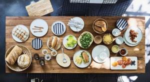 Zwolennicy nowoczesnych wnętrz przed świętami czy innymi wyjątkowym okazjami nierzadko mają problem z nakryciem stołu.