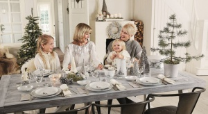 Elegancka porcelana z odrobiną finezji to obowiązkowy element na świątecznym stole. Wyjątkowy charakter aranżacji podkreślą bożonarodzeniowe dekoracje.