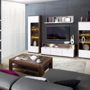 Kolekcja mebli Alcano. W kolekcji ALCANO biel przełamano kolorem Dębu Szlachetnego z unikatowym, naturalnym usłojeniem, a barwę drewna rozświetlono lekko połyskującą bielą.