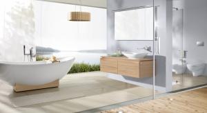 Dysponując dużą łazienką warto do strefy kąpieli wybrać wolno stojącą wannę. Takie modele są bardzo efektowne wizualnie, dodają łazience szyku i sprawiają, że pomieszczenie zaczyna przypominać elegancki salon kąpielowy.