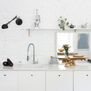 Aneks kuchenny to swoiste centrum domowego życia, gdyż właściciele wieczorami dużo wspólnie gotują. Fot. Bartosz Jarosz