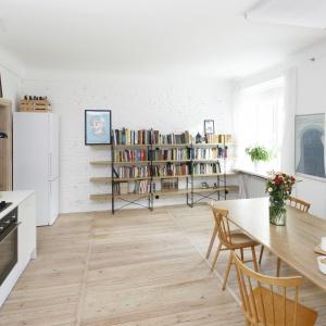 Jednym z głównych założeń projektowych było uzyskanie jak największej przestrzeni, dlatego we wspólną, otwartą strefę połączono salon, jadalnię oraz kuchnię. Fot. Bartosz Jarosz