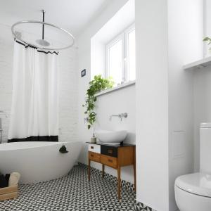 W łazience domowników kusi elegancka, wolno stojąca wanna, z którą miękkimi, opływowymi kształtami harmonizuje nablatowa misa umywalki. Fot. Bartosz Jarosz