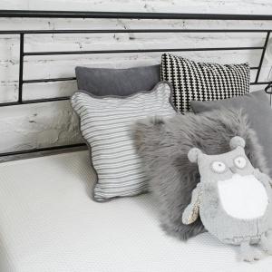 W sypialni do wypoczynku zaprasza wygodne łóżko ze stylowym, metalowym zagłówkiem. Fot. Bartosz Jarosz