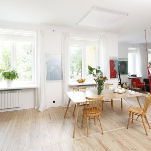 Jednym z głównych założeń projektowych było uzyskanie jak największej przestrzeni. Aby osiągnąć zamierzony efekt, architekt połączyła we wspólną, otwartą strefę salon, jadalnię oraz kuchnię. Fot. Bartosz Jarosz