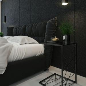 W sypialni króluje tapicerowane łóżko, które pięknie się prezentuje na tle tapicerowanej ściany. Fot. IDWhite