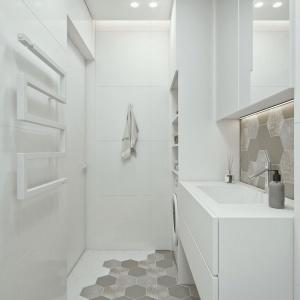 Niewielka łazienka urządzono prosto i funkcjonalnie - jedyną dekoracja są tu modne płytki-heksagony. Fot. IDWhite