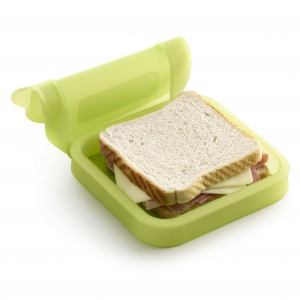 Zgrabne, niewielkie ETUI na kanapki skutecznie zastąpi papier śniadaniowy. Mieści aż 3 kanapki. Silikonowa pokrywa zapewnia świeżość produktów, a usztywniona podstawa bezpieczeństwo przechowywania. 59 zł. Fot. Lekue