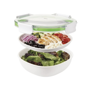 Dwupoziomowy lunchbox z serii ON THE GO z wytrzymałą przezroczystą pokrywką z czterema zaczepami zmieści dużą porcję sałatki i podwójną kanapkę. 87 zł. Fot. Oxo