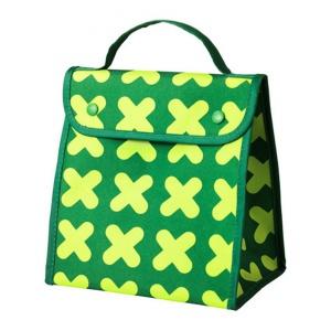 Składana torba na lunch ERFORDERLIG ma wygodną rączkę i płaską podstawę, dzięki czemu jest idealna do zabrania jedzenia do pracy lub szkoły. 19,99 zł. Fot. IKEA