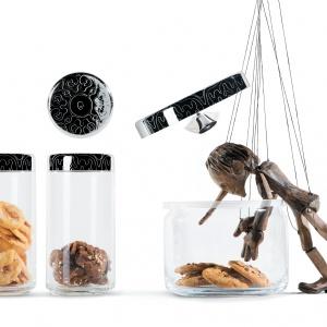 Szklane pojemniki DRESSED z dekoracyjną pokrywką ze stali szlachetnej to zarówno  naczynia do przechowywania, jak i wyjątkowa dekoracja kuchni. Od 133 zł. Fot. Alessi